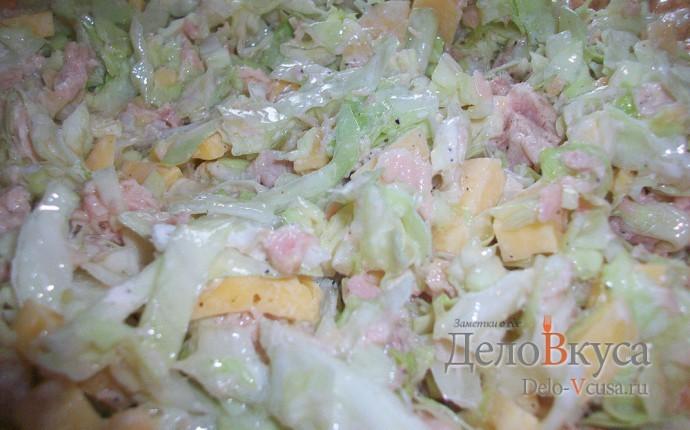 Салат из капусты, сыра и консервы тунца в собственном соку