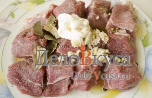 Свинина в фольге в духовке: Добавить майонез