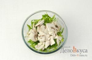 Салат с рукколой и грибами шампиньонами: Добавить шампиньоны