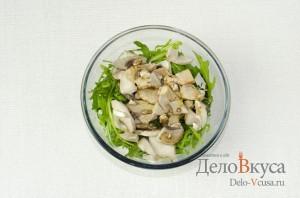 Салат с рукколой и грибами шампиньонами: Заправить бальзамическим уксусом и оливковым маслом