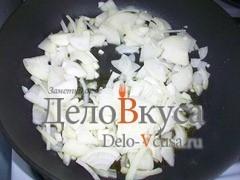 Лук кладем на разогретую сковородку с растительным маслом и обжариваем до золотистого цвета