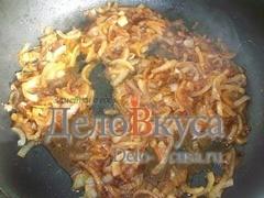Тушим лук в соевом соусе пока основная часть жидкости не испариться