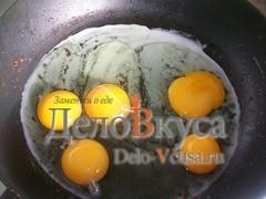 Яйца разбиваем на горячую сковородку, можно использовать туже сковородку в которой жарился лук