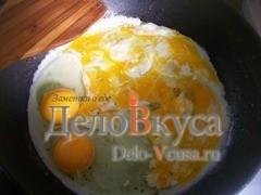 Яйца нужно жарить на достаточно сильном огне и перемешивать яйца лопаточкой