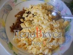Перекладываем жареные яйца к луку в соевом соусе