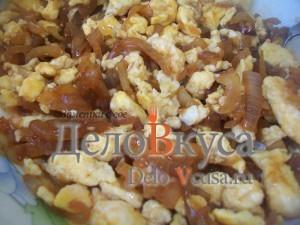 жареные яйца с луком в соевом соусе
