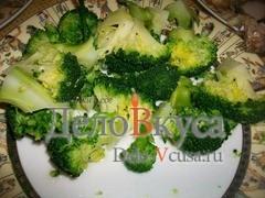 Разрезать капусту на небольшие кусочки, полить брокколи оливковым маслом и сбрызнуть винным уксусом (уксус можно заменить лимонным соком), при желании посыпать капусту черным молотым перцем