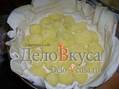 Картошку отварить в мундирах, очистить и порезать тонкими кружочками