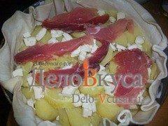 Пирог из слоёного теста с картошкой сыром Моцарелла и пармской ветчиной: фото к шагу 5.