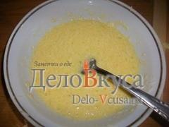 Слегка взбить яйца с сыром