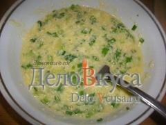 Зеленый лук мелко порезать и добавить его к взбитым яйцам
