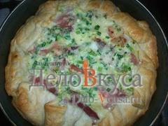 Готовому пирогу дать немного постоять, нарезать на порции и подавать с салатом