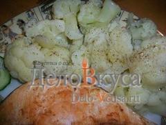 Капусту разделить на более мелкие соцветия, слегка поперчить и полить оливковым маслом и винным уксусом, или настоянном на чесноке оливковым маслом