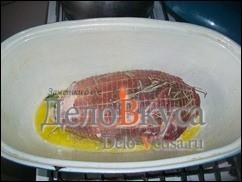 К мясу добавить 100-120 мл. белого сухого вина, 3-4 ст. л. оливкового масла, соль, черный молотый перец, 2 лавровых листика, 1 веточку розмарина