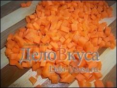 Морковку порезать маленькими кубиками, так же как сельдерей