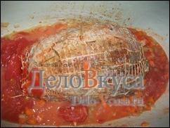 Затем добавляем томаты в собственном соку или томатную пасту