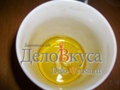 Зубчик чеснока раздробить молотком для мяса и кладем в оливковое масло на 10 минут