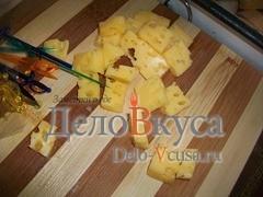Сыр порезать средними кубиками