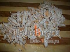 Порезать куриное филе мелкой соломкой