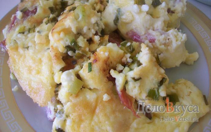 Омлет с творогом, колбасой , зеленью и сыром