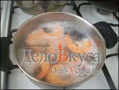 Крупные креветки окунуть в подсоленную кипящую воду и варить 2-3 минуты