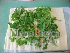 На лист моцареллы кладем зеленый лук и свежую рукулу