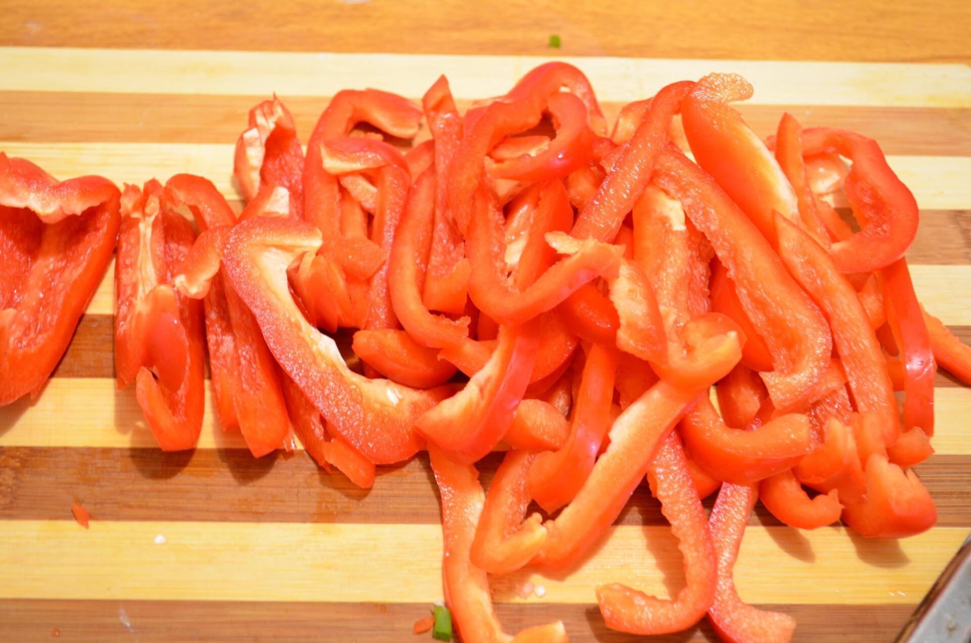 Болгарский перец почистить от семян, убрать ножку и промыть от семян