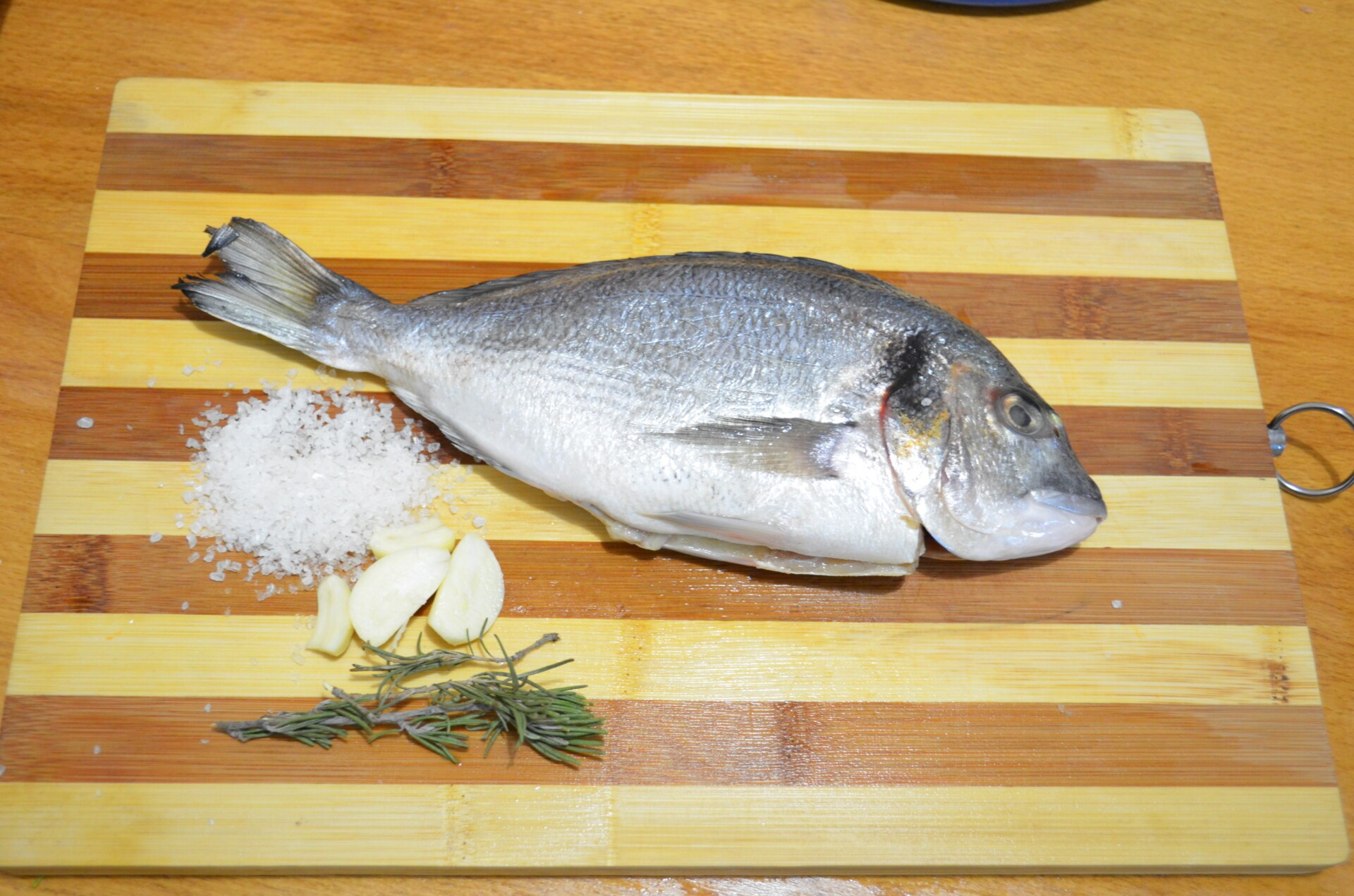 Дорада жареная с розмарином и чесноком: Рыбу подготовить