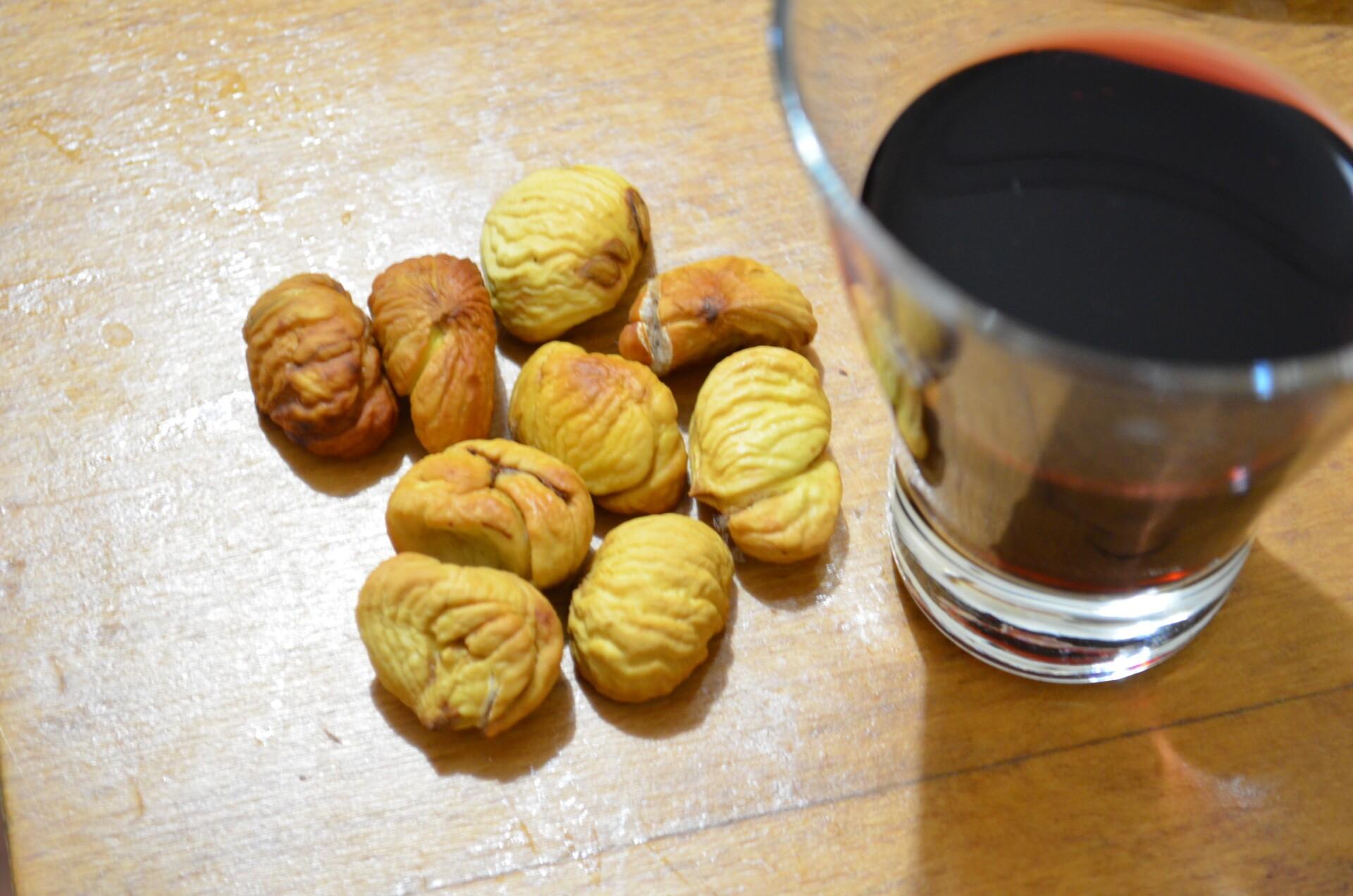 Готовые каштаны очистить, пока они горячие, и положить в бокал или чашку с красным сухим вином