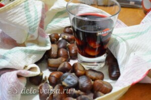 Жареные каштаны с красным вином в духовке: фото к шагу 5.