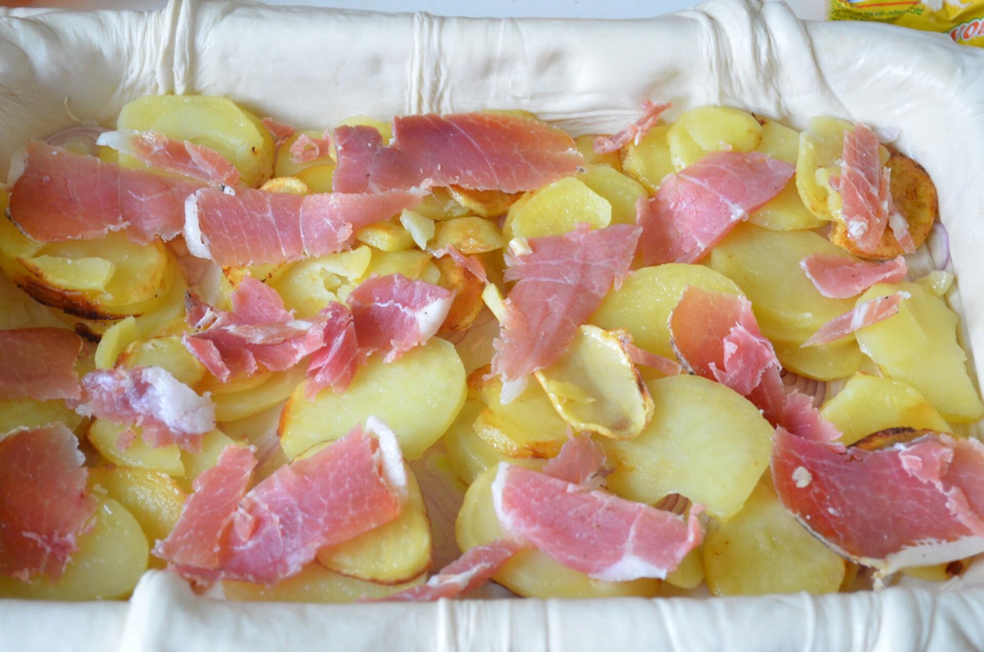 Кладем слой обжаренной картошки и слой прошутто