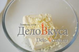 Еврейская салат: Кладем в салатник плавленый сырок, чеснок, соль, перец