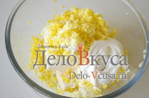Еврейский салат: Добавляем яйца и майонез