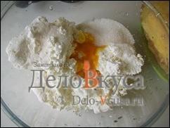 Яичный желток отделить от белка и добавить в творог