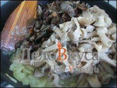 Жареные грибы со сметаной (грибная начинка для налистников, пирожков и вареников): фото к шагу 7.