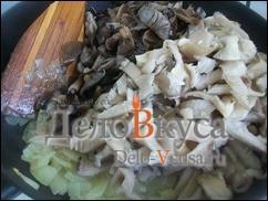 Затем добавляем грибы