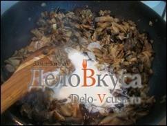 Когда вся лишняя жидкость испариться, а грибы подрумянятся добавить сметаны