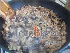 Потушить пока сметана частично не испариться, в процессе лучше попробовать грибы на соль и если необходимо досолить