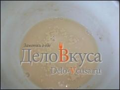 Молоко нагреть до 37*-40*, в небольшом количестве молока развести дрожжи, а остальное поместить в контейнер хлебопечки