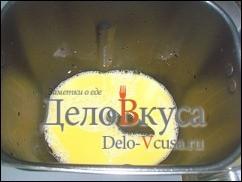 В контейнер хлебопечки выливаем молоко (кроме того в котором замочены дрожжи), взбитые желтки, порезанное небольшими кубиками сливочное масло комнатной температуры, сахар, лимонный сок и растительное масло