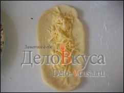 На середину лепешки кладем тертый на крупной терке сыр