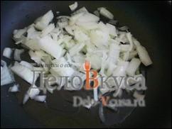 На разогретую сковородку с маслом, кладем лук и обжариваем до золотистого цвета