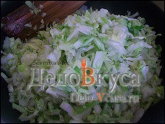 Затем кладем капусту и жарим на среднем огне под крышкой, периодически помешиваем капусту