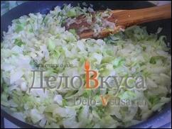 Через минут 10 можно добавить немного воды и потушить капусту еще 10-20 минут