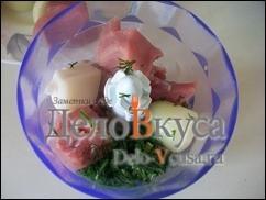 Мясо, лук и зелень укропа измельчить в блендере или перекрутить на мясорубке