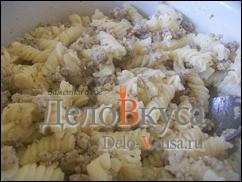 Хорошо перемешать макароны с мясным фаршем, при необходимости добавить сливочное масло
