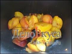 Персики или абрикосы помыть и разрезать пополам, вынуть из персиков косточки
