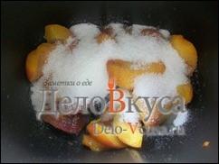 Засыпать персики сахаром и закрыть хлебопечку