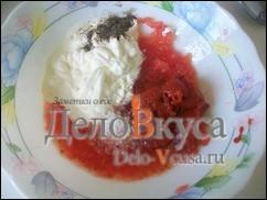 К перетертым помидорам добавить сметану, томатную пасту, соль и перец