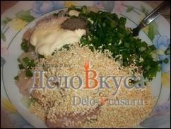 Итак к куриному филе добавляем обжаренный кунжут, зеленый лук, соль и перец